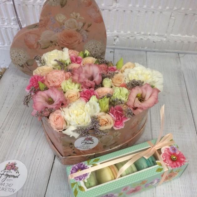 Сердце с цветами и коробка макарунс